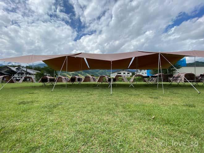 ランドステーション白馬の芝生に建てられたテント
