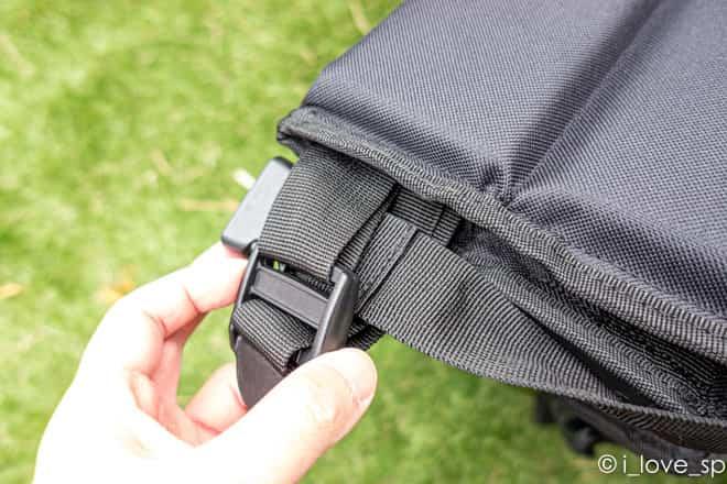 グランドパネルチェア背面ベルトの輪っかに前面のベルトを入れる