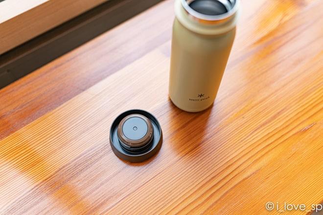 ステンレス真空ボトル タイプMのふたににゴムパッキンがある写真