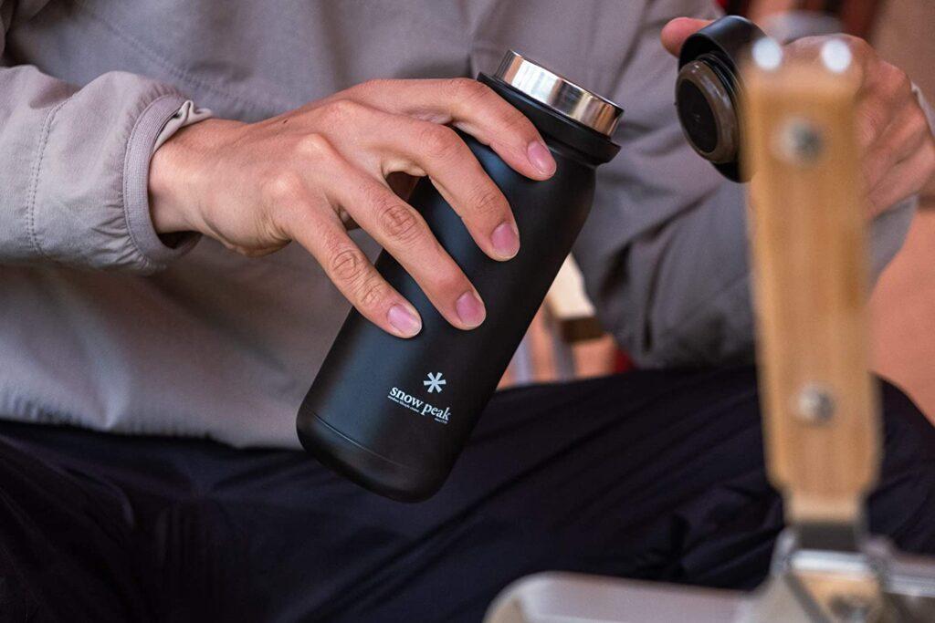 蓋の着脱がしやすいステンレス真空ボトルリッチブラック
