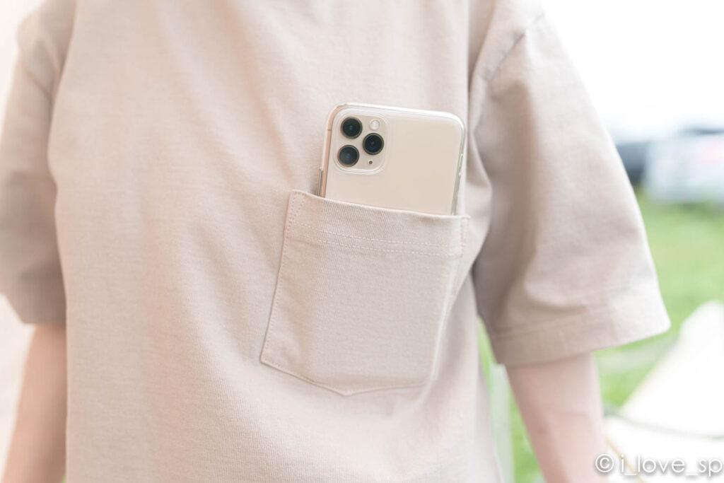 Heavy Cotton Tshirtのポケットにスマホを入れた