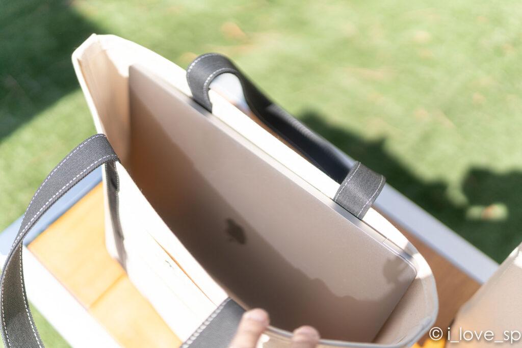 野遊びトートバッグMにMacBook Pro15インチを入れた