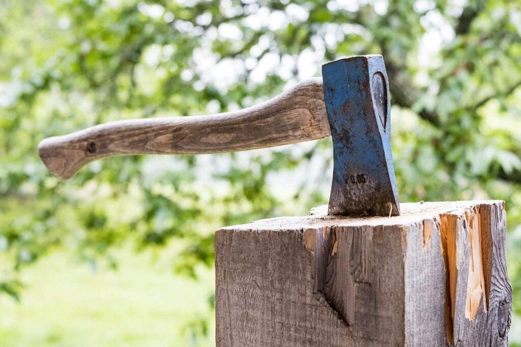 一般的な斧での薪割りは力が必要
